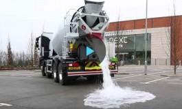 Британцы изобрели асфальт, впитывающий лужи моментально (видео)