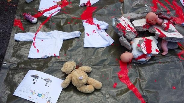 Упосольства Российской Федерации вДублине разбросали «окровавленных» кукол