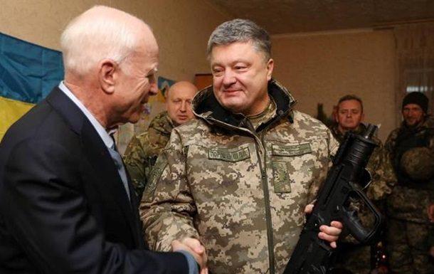 Маккейн вМариуполе: в 2017 мыосвободим государство Украину