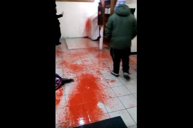 ВУмани группа националистов забросала синагогу свиными головами