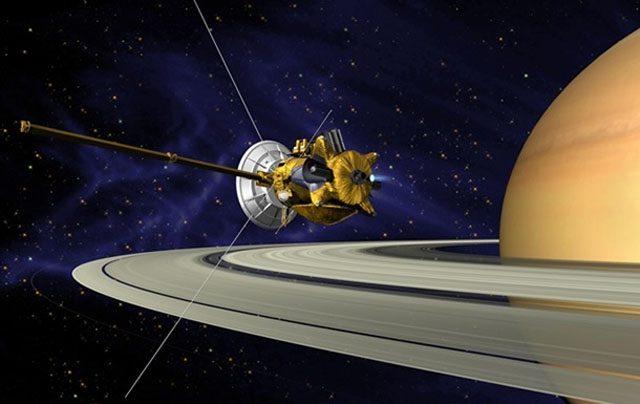 NASA показало новые кадры «неправильного» спутника Сатурна