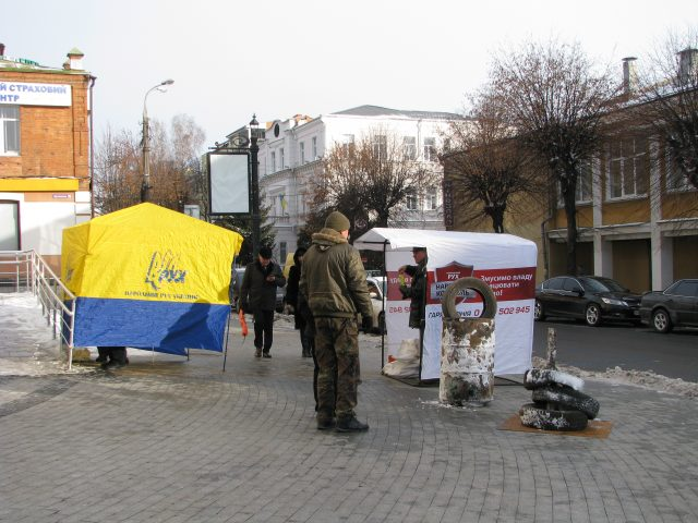 Суд отпустил из-под стражи активиста, разорвавшего портрет Порошенко