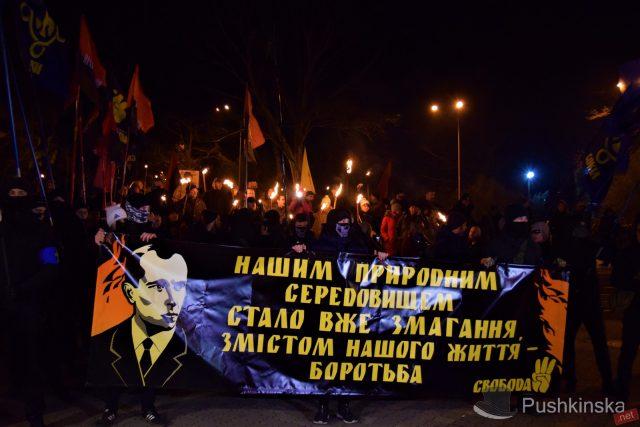 ВКиеве поклонники Бандеры вышли нафакельное шествие