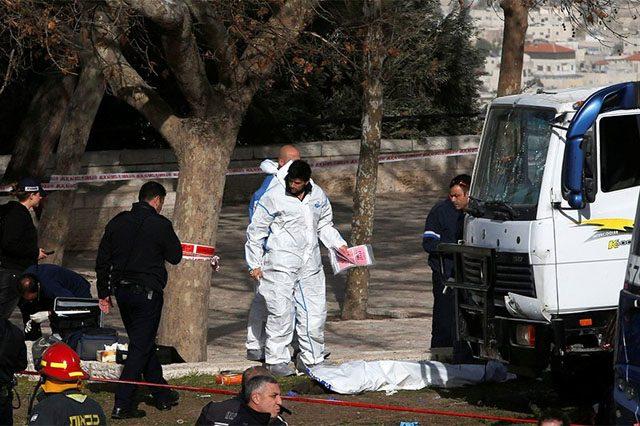 Грузовой автомобиль врезался впрохожих вИерусалиме