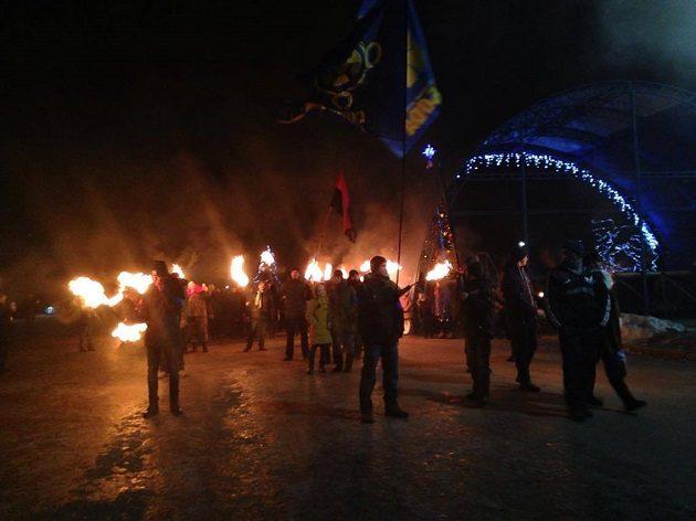 Несколько сотен почитателей Бандеры вышли нафакельное шествие вКиеве