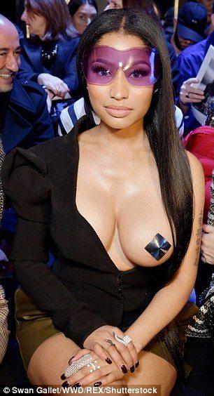 При показе моды оголилась грудь видео фото 604-203