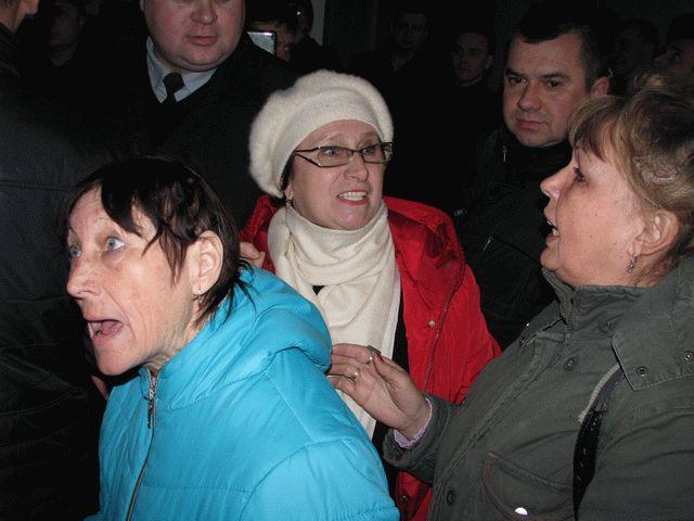Пламенеют шины: под облсоветом Винницы митингуют активисты