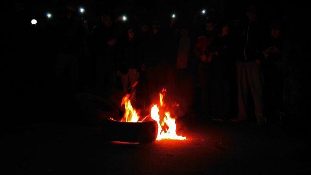 Уздания Винницкой СБУ активисты жгут шины. Требуют освобождения приверженцев блокады