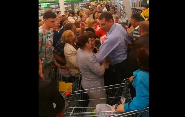 Омские пожилые люди устроили битву заподешевевший на3 рубля сахар