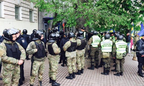 Вцентре украинской столицы задержали провокаторов, пытавшихся развернуть баннер сгеоргиевскими лентами