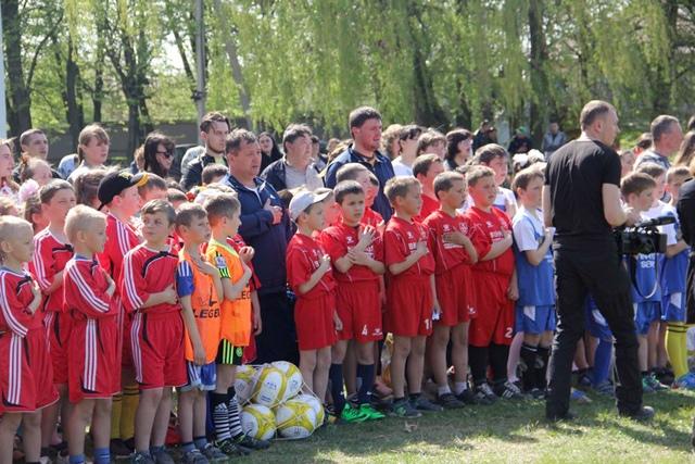 Село на Винничине обзавелось футбольным полем с искусственным покрытием, фото-1