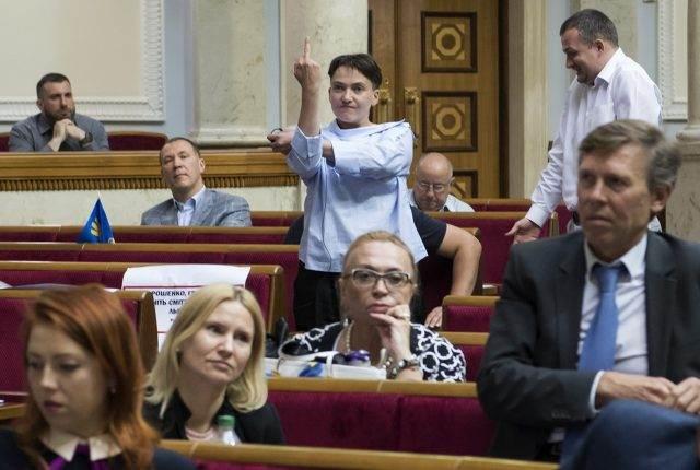 Савченко показала неприличный жест всторону Гройсмана прямо вВерховной Раде