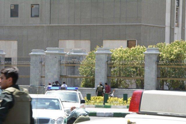 Впарламенте Ирана открыли стрельбу, убит охранник