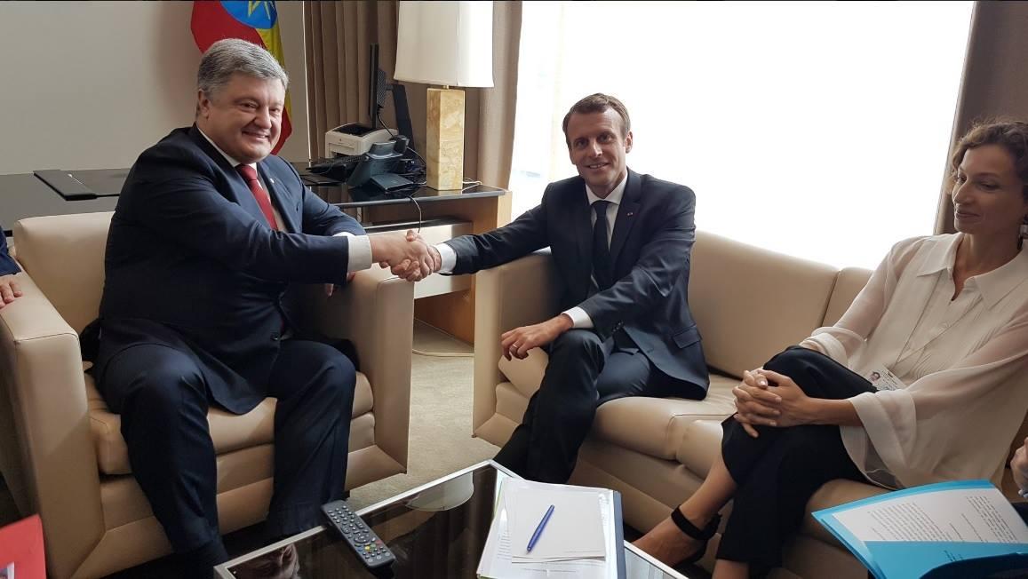 Порошенко обсудил сМакроном возможность введения миротворцев наДонбасс