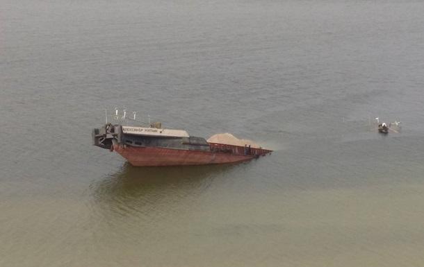 НаУкраине затонула баржа снефтью