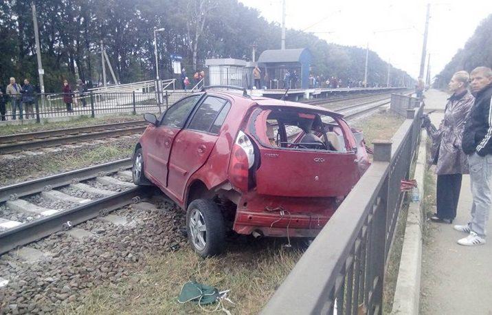 Под Киевом поезд сбил Чери напереезде: пассажир авто умер