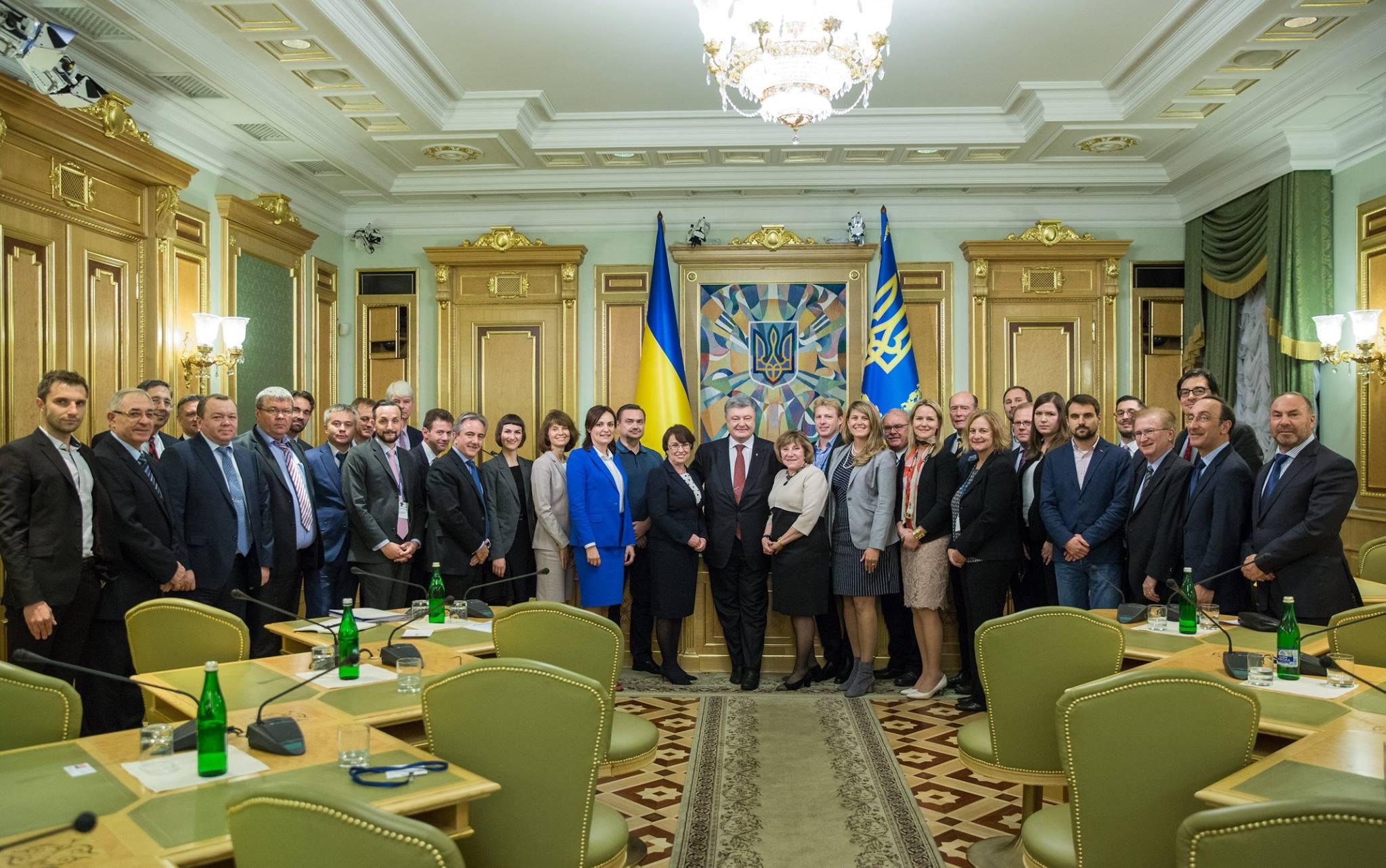 Порошенко призывает инвестировать в«уникальную страну» Украинское государство
