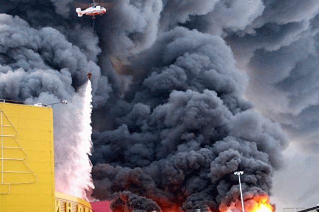 Ужасные последствия пожара вТЦ «Синдика» сняли своздуха