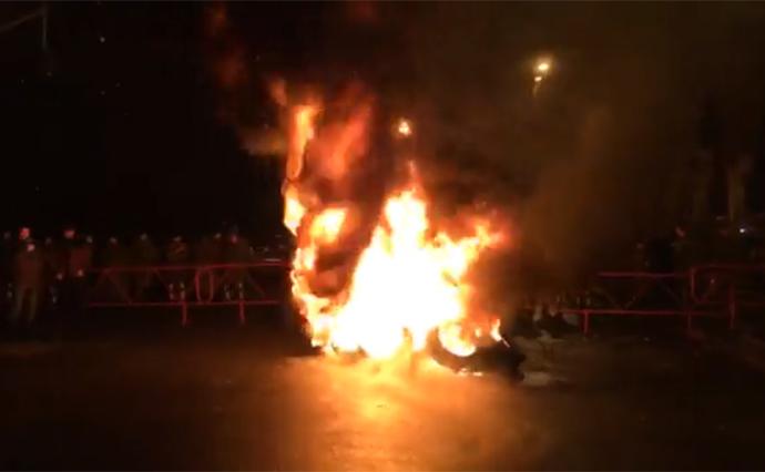 Активисты жгли шины инаведались кдому Порошенко