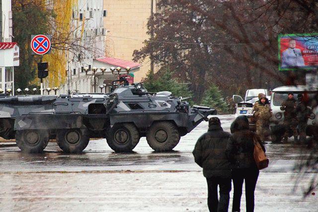 Вцентре Луганска вооруженные люди окружили сооружение управления МВД