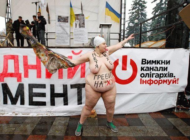 Голая активистка Femen свеслом призвала Порошенко иСаакашвили «грести» сУкраины