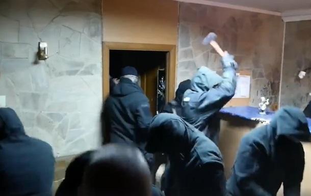 ВКиеве мужчины вмасках скувалдами разгромили кафе