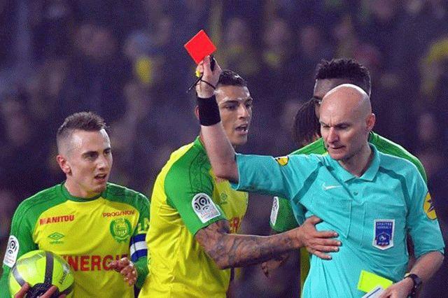Вчемпионате Франции арбитр дал сдачи игроку иудалил его