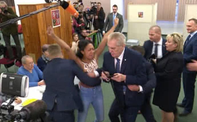 Президента Чехии наизбирательном участке атаковала активистка Femen