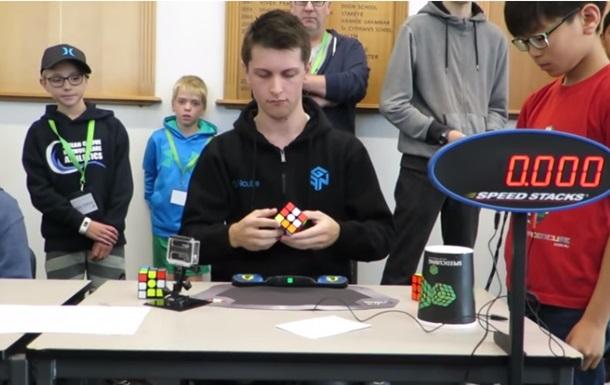 Житель Австралии установил мировой рекорд посборке кубика Рубика