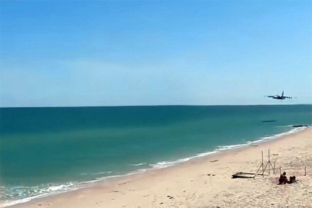 Появилось видео пролета украинского Су-25 внескольких метрах над пляжем
