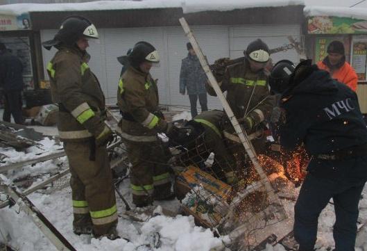 ВМакеевке рухнул навес над рынком, есть пострадавшие