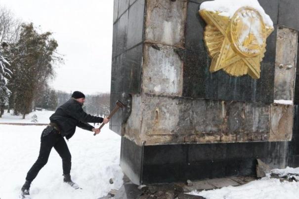 Во Львове снесли Монумент славы: опубликовано видео, фото-2