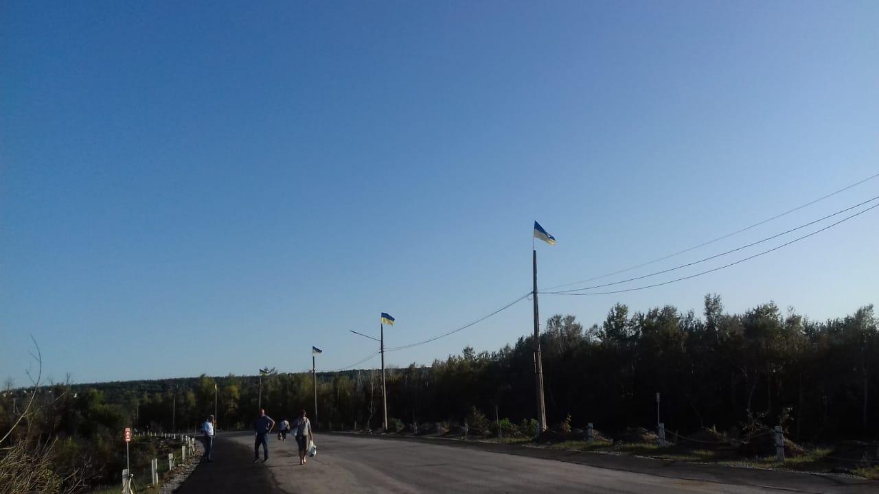 Украинские флаги вернули к мосту возле Станицы Луганской